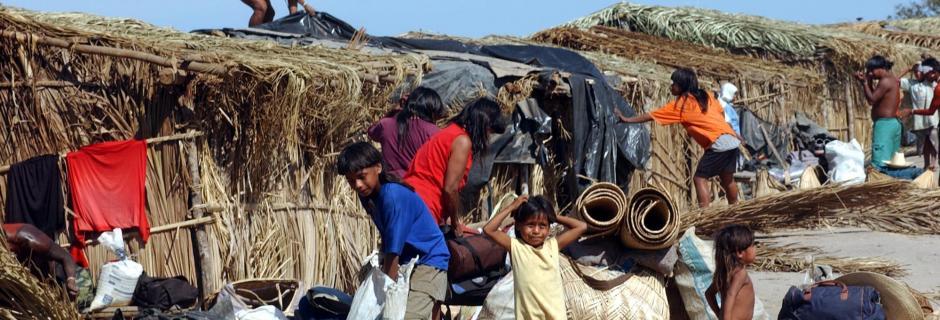 Índios xavantes deixam o acampamento às margens da rodovia BR-158, rumo à reserva Marãiwatsédé / Wilson Dias/Abr